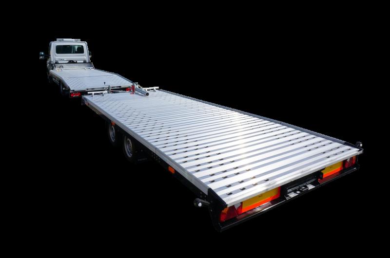 Silberner Autotranporter der Firma Iveco